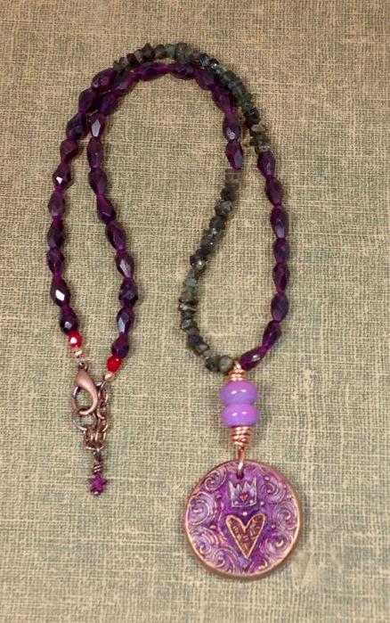 beadlove-queen-of-hearts-mc-necklace